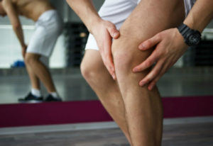 man performs knee strengthening exercises after injury using a proper physical therapy protocol