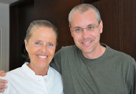 Dr. Ulrike Muschaweck standing with a patient very happy with his sports hernia success rate