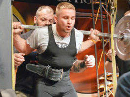 lifter uses 6 week powerlifting program to prepare for heavy squats during a meet